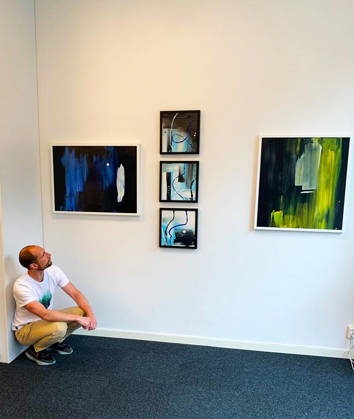 Max framför abstrakta tavlor